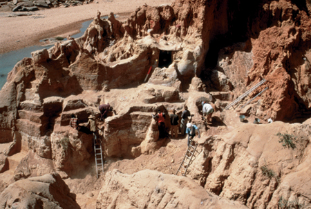 Excavations in the Early Holocene levels (HR4) at the Ravin du Hibou site, winter 1997-1998. Photo A. Mayor