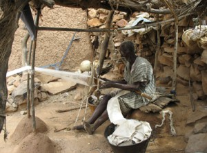 Fig. 7 : Ousmane Sagara weaving at Yawa. Photo H. Mezger