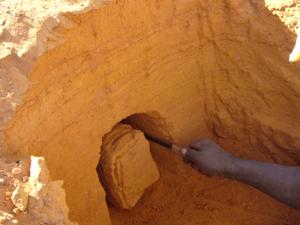 Préparation d'un bloc pour le prélèvement du sédiment. Photo C. Tribolo.