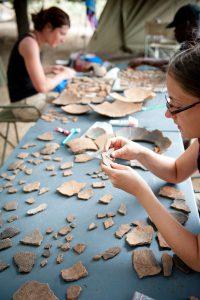 Remontages céramiques au camp, mission 2012.