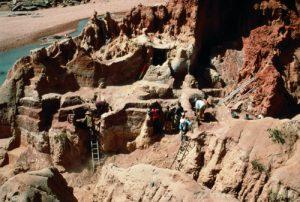 Fouilles dans les niveaux de l'Holocène ancien (HR4) au Ravin du Hibou, hiver 1997- 1998. Photo A.Mayor