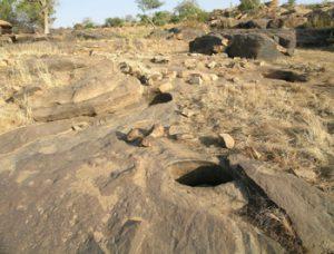 Une preuve de la modification hydrographique intervenue en 1936 est apportée par la paléovallée qu'utilisait le Yamé. On y remarque des marmites d'érosion mais aussi des enduits et des polis fluviatiles témoignant de l'activité hydrologique. Photo M. Rasse