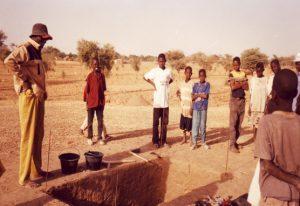 Sondage de Nin-Bèrè 1 sous le regard curieux de jeunes du village de Béréli