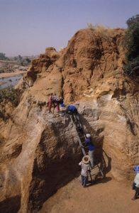 Fouilles dans les niveaux de l'Holocène ancien d'Ounjougou. Photo APA