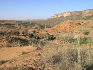 La « falaise » de Bandiagara au droit de Yawa, prise vers le sud est en direction de Guimini (à droite la colline de Songona). Photo M. Rasse