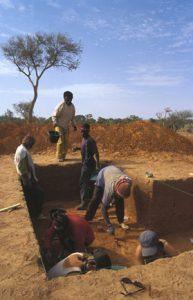 Fouilles sur les secteurs 4 à 6 de Kéli Sogou, en février 2005. Photo S. Ozainne
