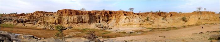 Fig. 1. Photographie de la Rive droite du Yamé entre les ravins du Hibou et de la Mouche. Photo L.Lespez